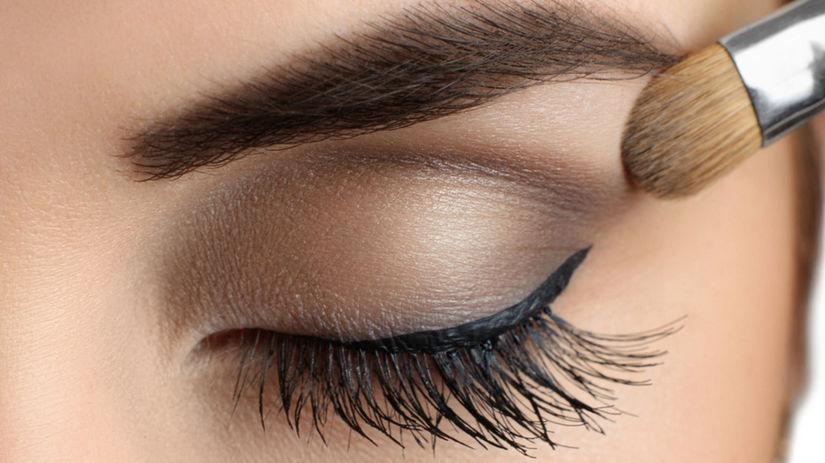 Líčenie očných viečok môže ohroziť mastná pokožka.
