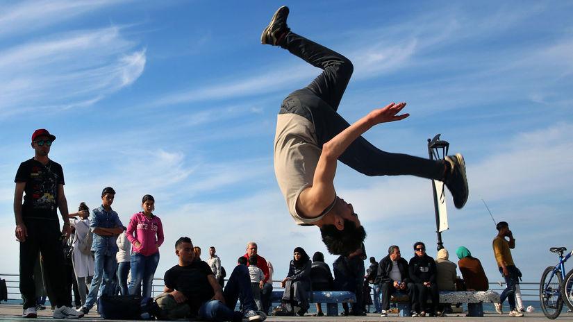 kaskadér, skok, dole hlavou, sýrsky utečenec,...