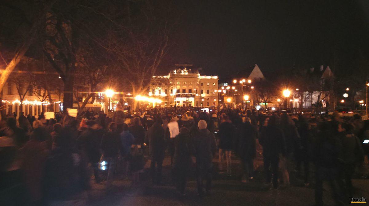 Pochod a názvom Antifašistická mobilizácia prešiel aj cez Hviezdoslavovo námestie.