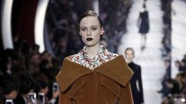 Modelka v kreácii Christian Dior - jeseň-zima 2016 - Paríž.