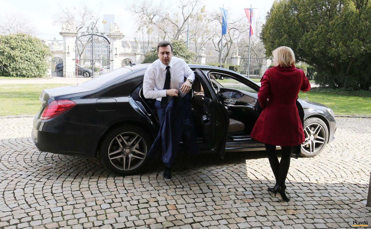 Predseda SNS Andrej Danko prichádza na rokovanie s premiérom Robertom Ficom.