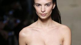 Modelka Emily Ratajkowski na prehliadke Miu Miu v Paríži.