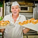 pekár, pečivo, pracujúci, dôchodca