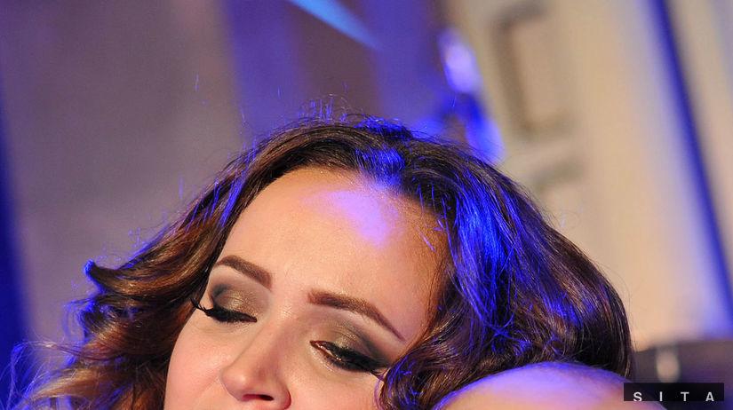 Dominika Mirgová drží v náručí svojho syna Peťka.