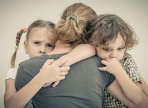 deti, smútok, objatie