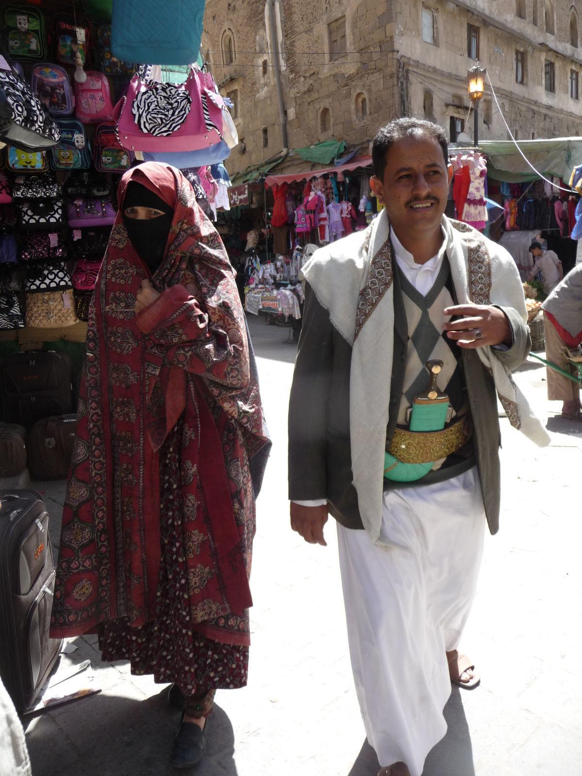 Tradičné oblečenie ženy v jemenskom hlavnom meste Saná. d7a13812814