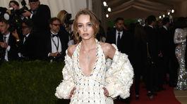 Herečka a modelka Lily-Rose Depp v kreácii Chanel Couture.