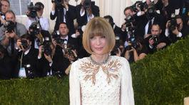 Šéfredaktorka magazínu Vogue Anna Wintour v kreácii Chanel Couture.