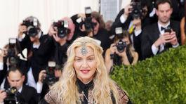 Speváčka Madonna v kreácii Givenchy Couture.