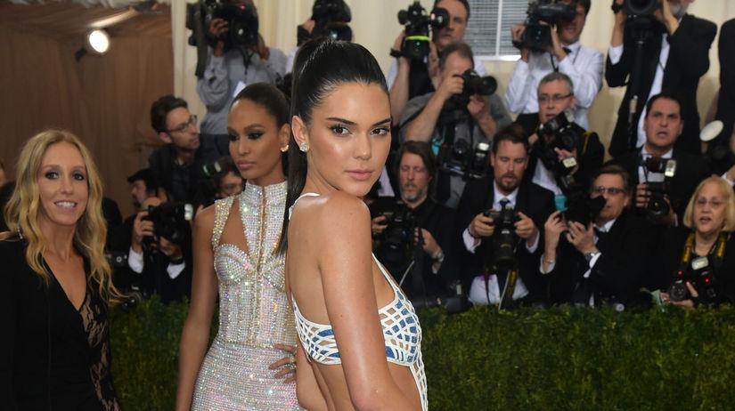Topmodelka Kendall Jenner v kreácii Balmain.