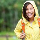 túra, turistika, oblečenie, turistka, cestovanie, hory, vetrovka, ruksak, plecniak, žltá bunda, kapucňa, funkčné oblečenie, počasie, úsmev, hory, príroda, les, žena, dievča