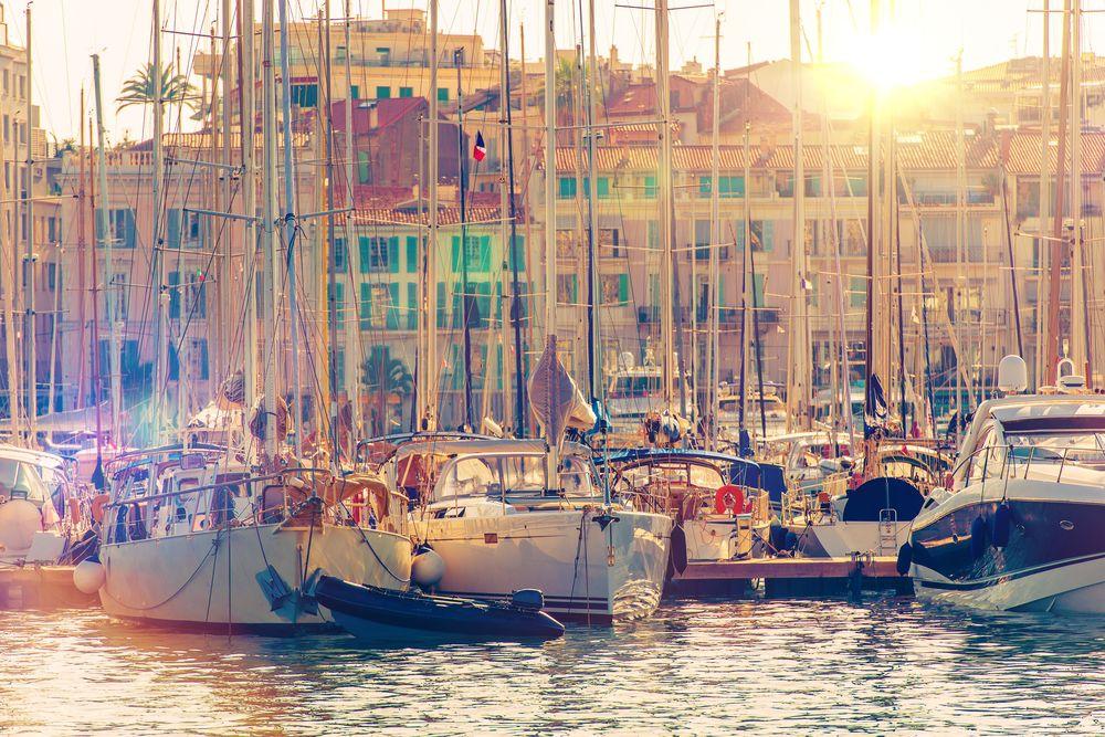 Cannes, Francúzsko, mesto, lode, člny, jachty, domy, prístav, marina, more, letovisko, leto, dovolenka, slnko, cestovanie