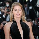 Modelka Doutzen Kroes pózuje pred objektívmi v Cannes.