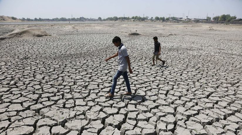 India, vysušená zem, praskliny, pukliny, sucho,...
