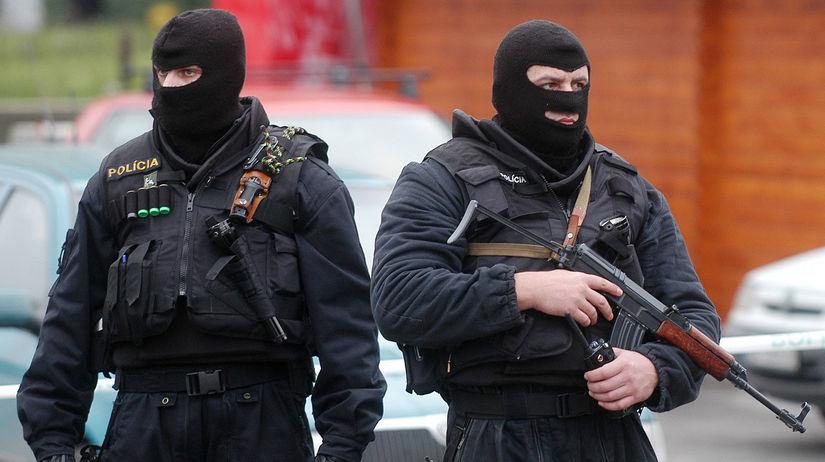 polícia, kukláči, pušky, zbrane, mafia, záťah,...