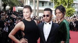 Jazdec F1 Lewis Hamilton pózuje s modelkami Irinou Shaykovou (vľavo) a Liyou Kebede.