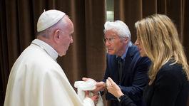 Pápež František (vľavo) a herec Richard Gere