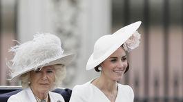 Vojvodkyňa Catherine z Cambridge prichádza na oslavu 90. narodenín britskej kráľovnej Alžbety. V kreácii od Alexandra McQueena a klobúku od Philippa Treacyho.