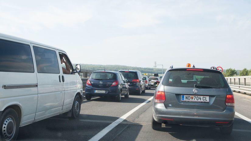 diaľnica, cesta, zápcha, dopravný kolaps, R2,