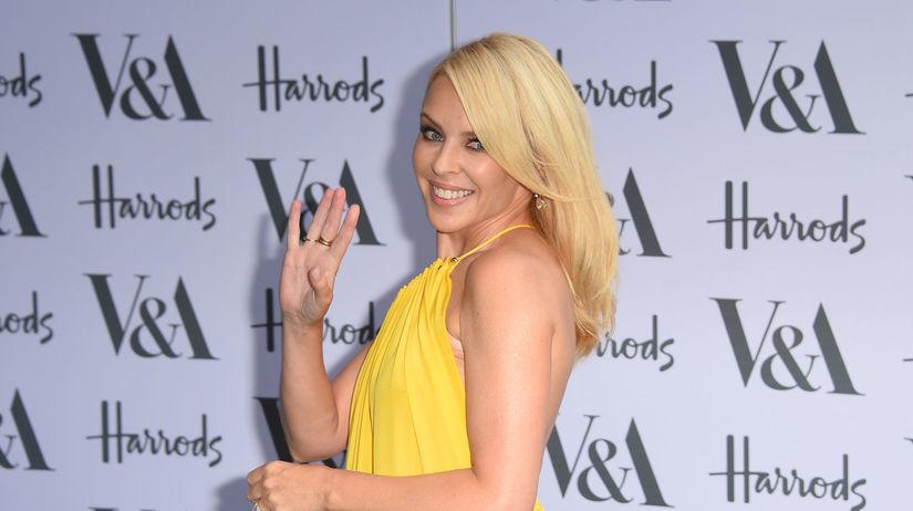 Herečka a speváčka Kylie Minogue pózuje...