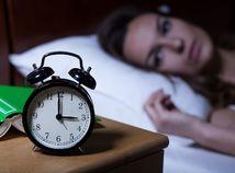 spánok, nespavosť, hodiny, budík, noc, posteľ, stres, vstávanie