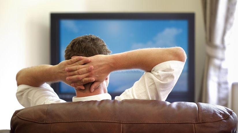 televízia, sledovanie TV, muž, gauč, sedačka,...