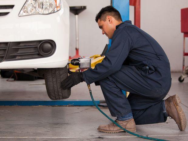 automechanik, nezamestnanosť, pracovné miesto, mzda, práca, robotník, pracovník, zamestnanec, auto, výmena kolies, prezutie auta, pneumatika