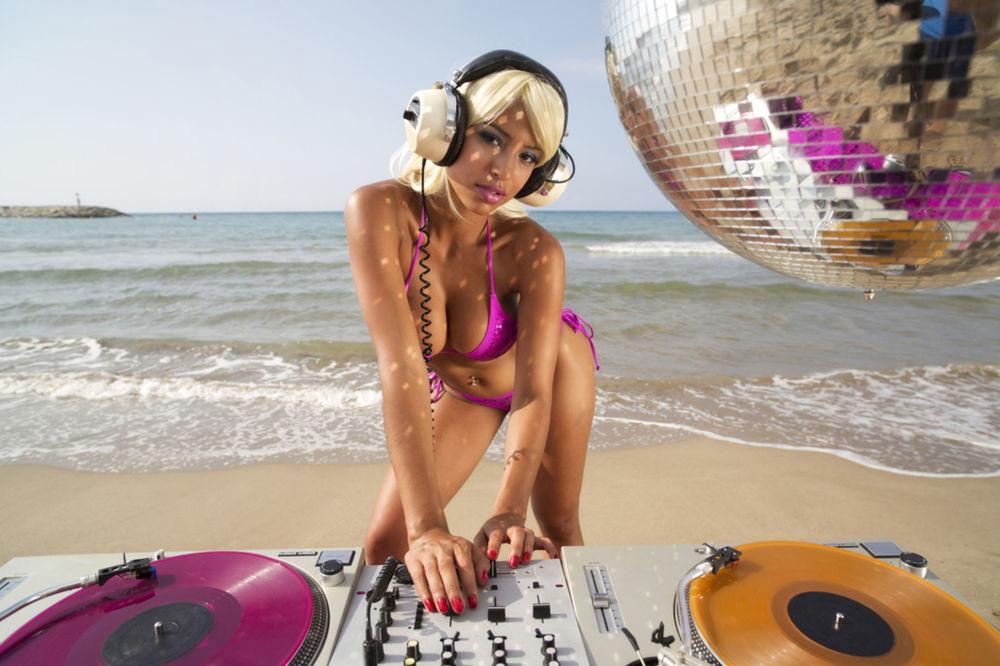Ibiza, párty, dídžejka, DJ, pláž, leto, disko, diskotéka, plavky, hudba, mixovanie, leto, dovolenka, sexi, sexy, plážová párty, zábava, tanec,