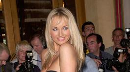 Rok 2000: Slovenská modelka Adriana Sklenaříková na filmovom festivale v Cannes.