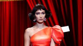Modelka Bella Hadid predvádza kolekciu Moschino na jar a leto 2017.