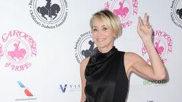 Herečka Sharon Stone zdraví fotografov.