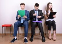 absolventi, študenti, mladí ľudia, uchádzači o prácu