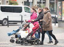 počasie, jeseň, chladno, ženy s kočíkom, deti,