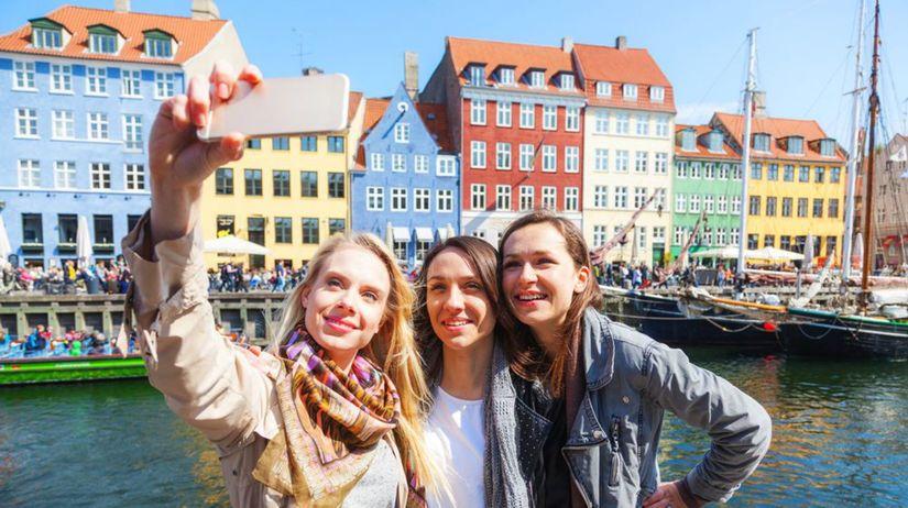 Dánsko, Kodaň, selfie, mobil, tri dievčatá,...