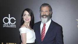 Herec a režisér Mel Gibson prišiel s priateľkou Rosalind Rossovou.