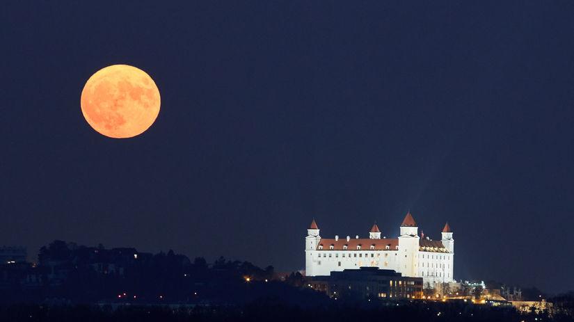BRATISLAVA:Superspln Mesiaca