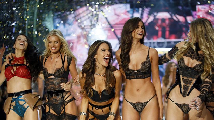 Zľava: Modelky Adriana Lima, Lily Donaldson,...