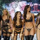 Zľava: Modelky Adriana Lima, Lily Donaldson, Alessandra Ambrosio, Taylor Hill, a Martha Hunt v závere prehliadky Victoria´s Secret v Paríži.