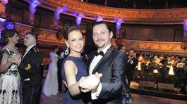 Aj herec Lukáš Latinák sa zabával s manželkou na 17. Plese v opere.