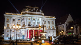 Pohľad na historickú budovu Slovenského národného divadla (SND) počas príchodu hostí na 17. ročník Plesu v opere.