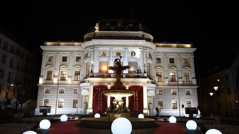 Pohľad na vysvietené priestory do Opery SND.