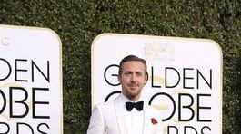 Ocenený herec Ryan Gosling v smokingu Gucci.