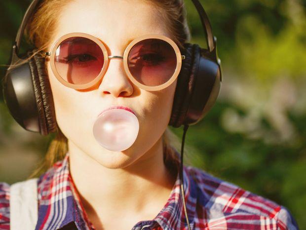 bublina, žuvačka, slúchadlá, hudba, slnečné okuliare