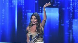 Ocenená herečka Sofia Vergara si cenu prevzala v šatách Marchesa.