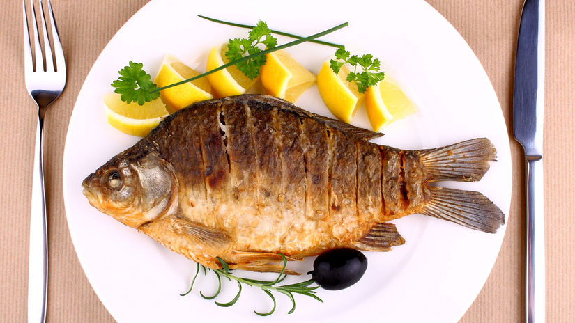 ryba, tanier, príbor, kapor