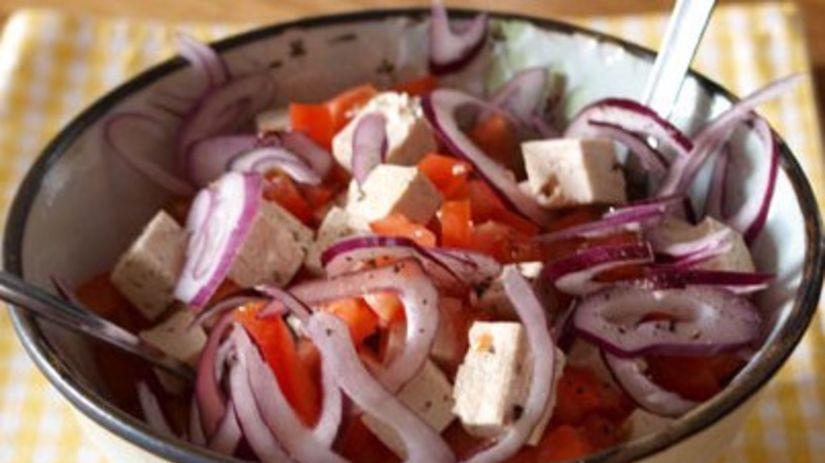 paradajkový šalát s tofu a červenou cibuľou