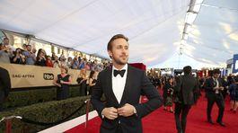 Herec Ryan Gosling prichádza na vyhlásenie cien.