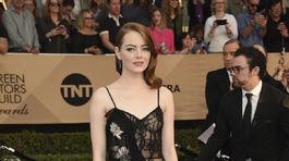 Ocenená herečka Emma Stone si obliekla model z ateliéru Alexander McQueen.