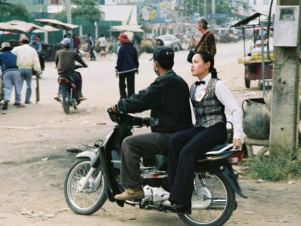 Kambodžská kráska na motorke je krupierkou z kasína.
