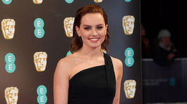 Herečka Daisy Ridley zvolila šaty Roland Mouret.